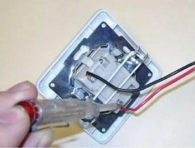 Как найти фазу в выключателе