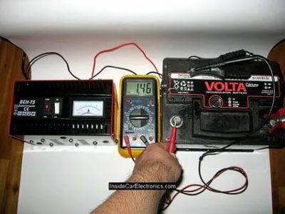 Сколько вольт должно выдавать зарядное устройство для автомобильного аккумулятора