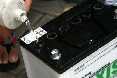 Можно ли заливать воду в аккумулятор