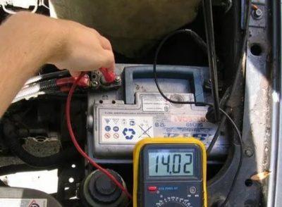 Какое напряжение должно быть на клеммах аккумулятора при работающем двигателе