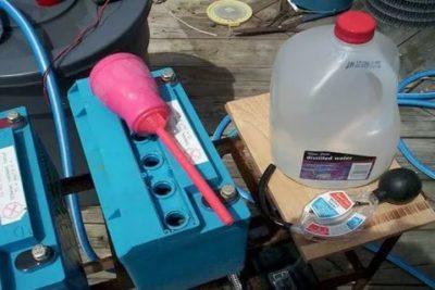 Что нужно доливать в аккумулятор воду или электролит