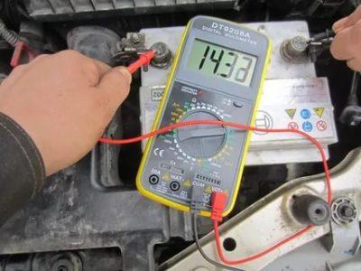 Какое напряжение должен выдавать генератор на машине