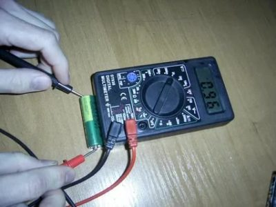 Как проверить заряд батарейки с помощью тестера