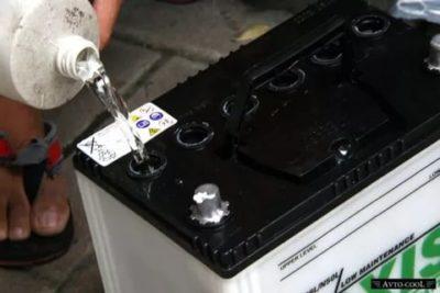 Как правильно заливать воду в аккумулятор