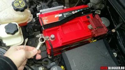 Можно ли снимать клеммы с аккумулятора при работающем двигателе