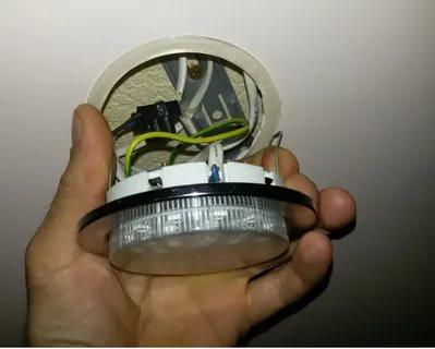 Как заменить светильники на натяжном потолке