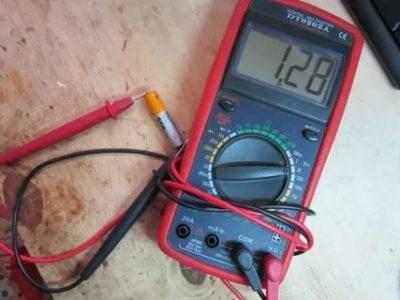 Как измерить напряжение на батарейке