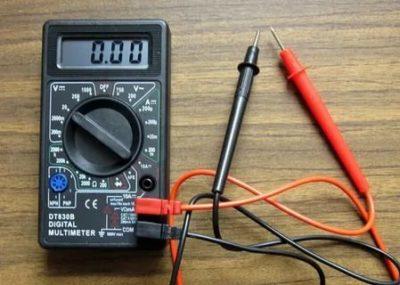 Как проверить заряд аккумулятора с помощью мультиметра