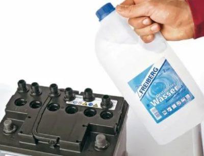 Как правильно заливать дистиллят в аккумулятор