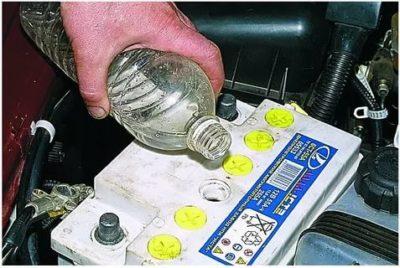 Что лучше заливать в аккумулятор электролит или воду