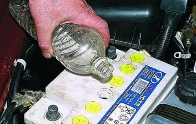 Можно ли доливать кислоту в аккумулятор